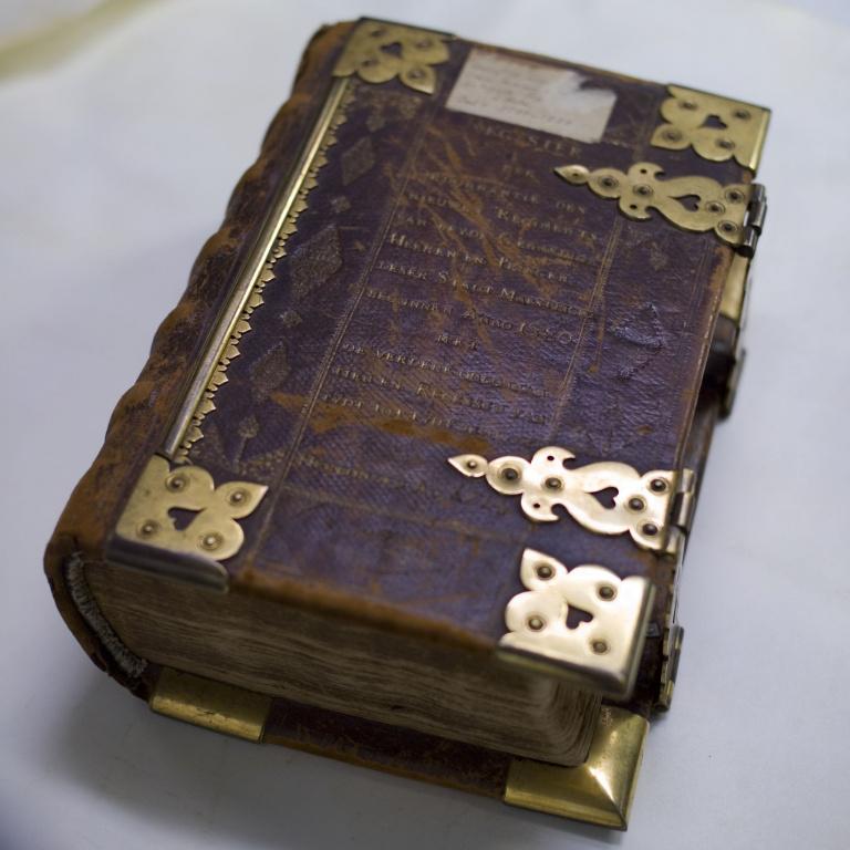 boek met koperen slot_002.jpg