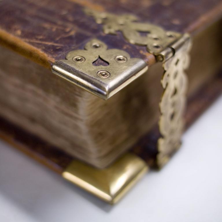 boek met koperen slot_001.jpg