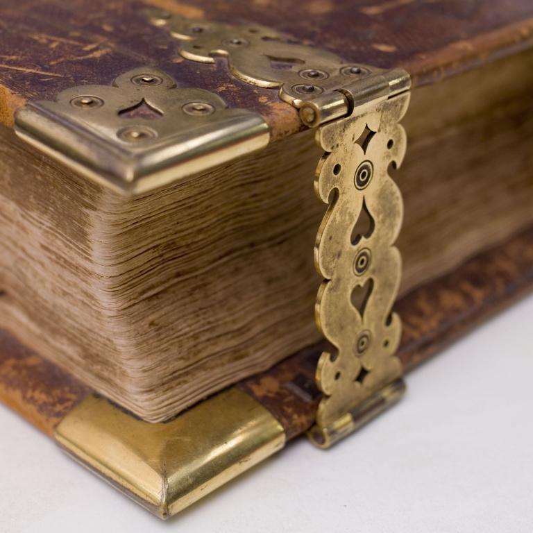 boek met koperen slot_004.jpg